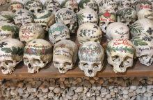 奥地利的童话小镇 哈尔施塔特 除了美丽的山水湖景、盐矿文化,还有一个充满神秘的地方—人骨室。  位于