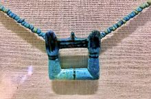 在埃及博物馆二楼展厅的最后部分,是来自古埃及最后两个王朝时期的金字塔中发现的首饰以及雕塑,流连于这些