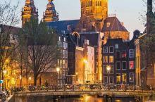 阿姆斯特丹就像一座水上明珠,古老深邃又繁华。