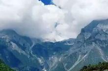 作为玉龙雪山最著名的景点之一,蓝月谷有着她独特的魅力。谷底的泥巴是白色的,下雨时水会变成白色。蓝月谷