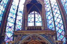 巴黎西岱岛上有一处绝美之地——圣礼拜堂。色彩斑斓的通高的玻璃使她因此得名,这里保存着耶稣受难时的圣物