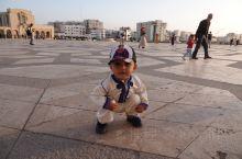 非常宏伟的清真寺,为了拍个全景,大大的广场只能用脚丈量,还有一路无法忽略的跃入镜头的在广场玩耍的萌娃