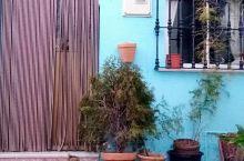 蓝精灵小镇。#蓝精灵村#Juzar.这个蓝精灵小镇是电影公司为了配合电影宣传刷成蓝色的。根据协议,村