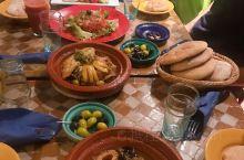 向导推荐的摩餐,塔吉锅+囊,比较推荐西红柿做的色拉。酸酸甜甜很爽口,鸡肉塔吉锅很像新疆大盘鸡的味道