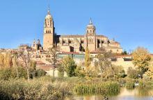 萨拉曼卡大教堂是把新旧两所教堂并连在一起。新教堂建于16世纪有后哥特和巴洛克风格,建于12-14世纪