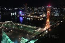 夜幕降临的神户港宁静美丽,绚丽的灯光将港湾点亮,远处点点灯火阑珊处的神户塔显得格外妖娆多姿,美极了!