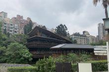 在台北市北投区靠近新北投捷运站一座在世界上排名25名绿色建筑的图书馆。藏身于树木茂密、生态环境优美的