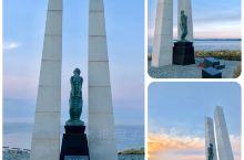 稚內公园,自1954年开园,位于稚内半岛的小丘,可远眺市中心,港口及北防波堤。园内分两区域-冰雪之门