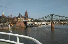 法兰克福铁桥,是法兰克福标志性景点之一,位于美茵河畔,罗马广场左近。 铁桥,又称爱塞尔纳铁桥(Eis