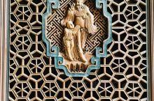 崇仁镇的戏台,周边廊下门窗有精致的雕刻,被损毁不少,也被保护了一点下来。 下图的复合六边形的门窗格只