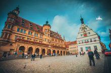 集市广场,童话小镇展示历史的窗口 在罗滕堡的集市广场,能看到的主要建筑就是市政厅与市议员酒馆。如果你