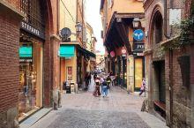 中世纪的街道      意大利是我最喜欢的国家了,每次去意大利我都会到博洛尼亚的四方区去逛一逛,四方