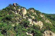 高山峻石首尔冠岳山  山上到处都是林立高耸的石壁,四周的景色及其秀丽?  石头山,雄伟磅礴。  登上