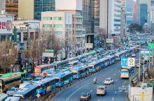 首尔路7017是首尔的一个公共空间的艺术创作,也是一个网红打卡地,是由前废弃高架桥改造成一座生机勃勃