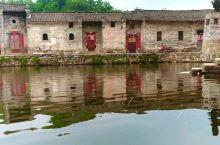 在皖、豫、鄂交界的河南新县丁李湾村,古老豫南建筑格调的徽派村落,江南水乡的雅致感觉油然而生。
