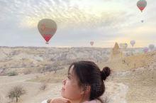 漫天飞舞的热气球!这一点就足以让人感到浪漫,更别提有有卡帕多奇亚奇特地貌的加持。十一月份这里早晚的气