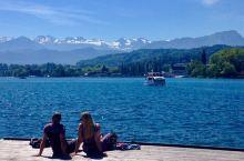 【琉森湖畔】 在琉森湖畔小坐,望着无垠的湖水放开思绪暇想…… 远处的阿尔卑斯山脉连绵不断,间杂着白雪