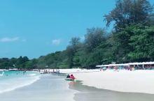沙美岛的钻石海滩是具有很高评价的旅游胜地。蓝天白云、碧海银沙,风景美极了。