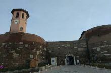 安卡拉大城堡非常值得前往,因为不熟路,我们把车停在了新翻建的老城边上。一路爬坡,沿途是有着浓厚当地民