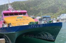 『神奇绿岛』 绿岛位于太平洋,是台湾的一个离岛。 蓝色大海,白色灯塔,绿色草原。 还有各种各样的机车
