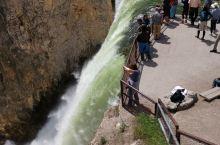 黄石下瀑布顶看飞流直下三仟尺。