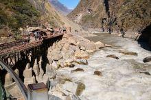 虎跳峡是金沙江上的第一大峡谷,更是全球著名的大峡谷,峡谷之深,位居世界前列,最窄处,仅约30余米,相