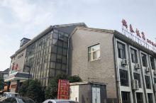 锦春饭店,是人们最喜欢吃早茶的地方,品种多样,口味不错,喜欢三丁包,烧卖,豆腐脑及虾子小馄饨。