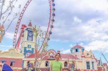 在青海澄澈的蓝天下,童梦乐园充满了童话般灿烂的色彩 在这里,巨大的青海之眼是最吸引眼球的存在,感觉能