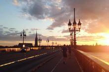 皮埃尔桥—历史的承载  皮埃尔桥是波尔多第二大非常有名气的桥,以为当时有拿破仑执政,所以后人也有人拿