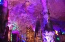 洞内景色很美,就是感觉颜色太多,有点乱。双瀑布,地下河,洞内还有一个巨大的大厅,手机拍照用夜间模式。