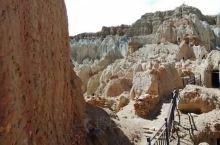 古格王国遗址是全国首批重点文物保护地之一。遗址从山麓到山顶高300多米,到处都是和泥土颜色一样的建筑