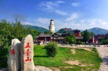 五台山位于山西省忻州市五台县境内。是一个融自然风光、古建艺术、历史文物、佛教文化、民俗风情、避暑休