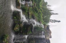 三星堆博物馆园内景色不错。园内整洁干净,绿树成萌,小瀑布,小桥流水,好似一个非常漂亮的小公园。