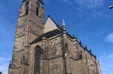捷克的比尔森小镇上有一座圣巴尔多禄茂主教座堂。教堂在市中心的广场中央,为哥特式风格,沿教堂的塔楼可以