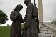 战争的残酷在于,所有人都会或主动或被动地被裹挟其间。伟大卫国战争的胜利固然令人鼓舞,但战争中男人女人