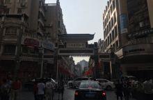 骑楼城,独特的建筑风格,一万多平方米亓,22条楼城,如今是生活在里面的居民和美食街的融合。街里的冰泉