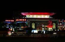 升级版的小吃街,有大剧院演出,有商品街,最火爆的还是小吃街。精品小吃街比西司环境好很多,复古建档口加