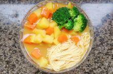准备食材 豆腐,西兰花,挂面,土豆,胡萝卜,虾丸2个,老干妈辣酱(也可以是豆瓣酱)。 制作 1.土豆