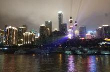 """重庆两江游,可以说是近距离""""触摸""""重庆夜景的最佳途径。坐上美轮美奂的长江游轮,起于朝天门码头,沿滨江"""