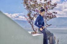 住进少女心中的白日梦藏在洱海的日式民宿  客房里的家具是现代艺术和日式风格的结合 正午无需出房间 只