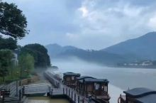 四面环江,早上起来还有水雾,就跟世外桃源一样,有生之年有机会一定要去好好的好受一番。