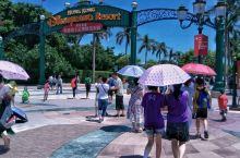 香港迪士尼乐园位于香港新界大屿山,分为7个主题园区,美国小镇大街、探险世界、幻想世界、明日世界、玩具