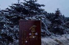 冬季的峨眉山,不一样的风景。您会经历风雨雪以及晴天云雾,非常漂亮。还有猴子和小松鼠哦。从成都直接坐动