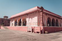 城市宫殿就在天文台旁边,这里之前是斋普尔国王的宫殿,现在成为了博物馆,展示历代国王的衣服、武器和画像