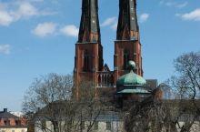 乌普萨拉 大教堂是一座红色的雄伟建筑物,两座高耸入云的尖塔,远远就可以看见。教堂内部金碧辉煌,以文物