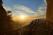 """""""夕阳无限好,只是近黄昏。"""" 三清山云海很赞,晚霞在夕阳的映照下光彩炫目,雾气上来了,弥漫山间,山峦"""