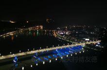 这是一座两千三百多年的历史古城!傍晚时分的江面波光粼粼,夕阳西下染红了整个江面!夜观古城,坐着游船,