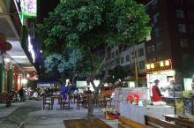 到玉林陆川县,在酒店问服务员,说附近有美食街,于是,放下行李之后就去美食街吃夜宵,这里大排档蛮多的,