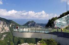 """建在海拔1010米高悬崖上的""""云端廊桥""""以""""天空之花""""的花瓣作为造型,廊桥上可以720°欣赏周边美景"""