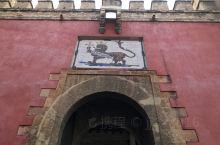 """#塞维利亚王宫# 原本是摩尔人的王宫,1248年圣徒费尔南多三世的""""光复战争""""中收复了塞维利亚,将塞"""